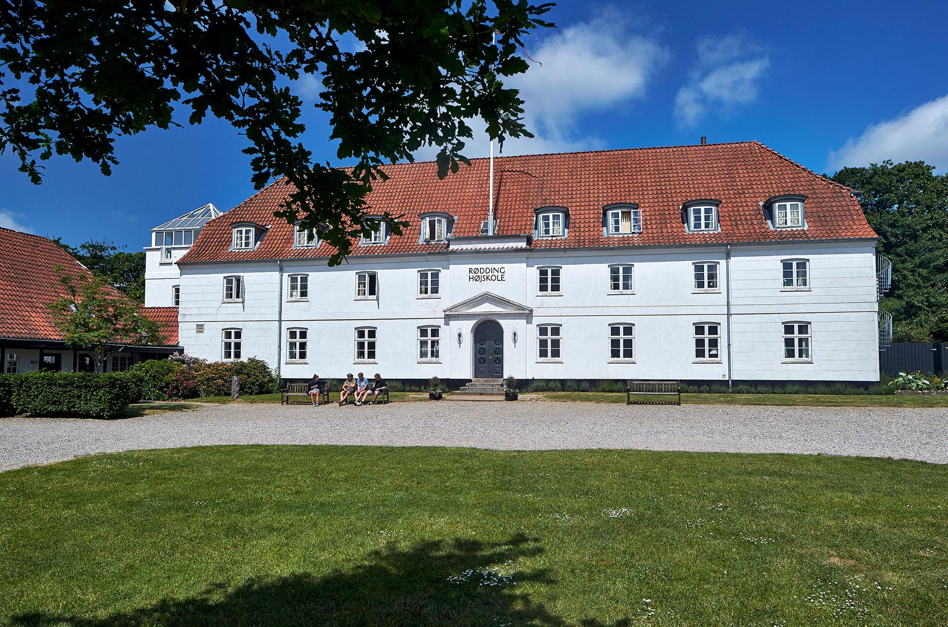 Højskolens gårdsplads med den flotte hovedbygning.